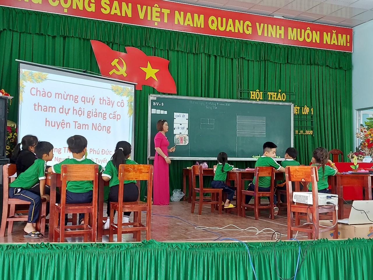 Gíao viên và học sinh tham gia tiết Tiếng Việt