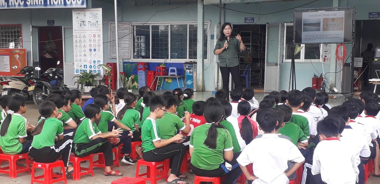 Cô Nguyễn Thị Nga - đại diện trung tâm bảo tồn VQG Tràm Chim tuyên truyền cho các em học sinh lớp 4,5